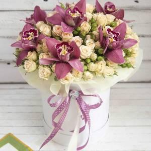 Орхидеи и кустовая роза в коробке R781