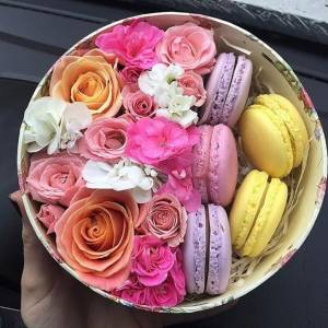 Сборная круглая коробка с цветами и макаронсами R1244